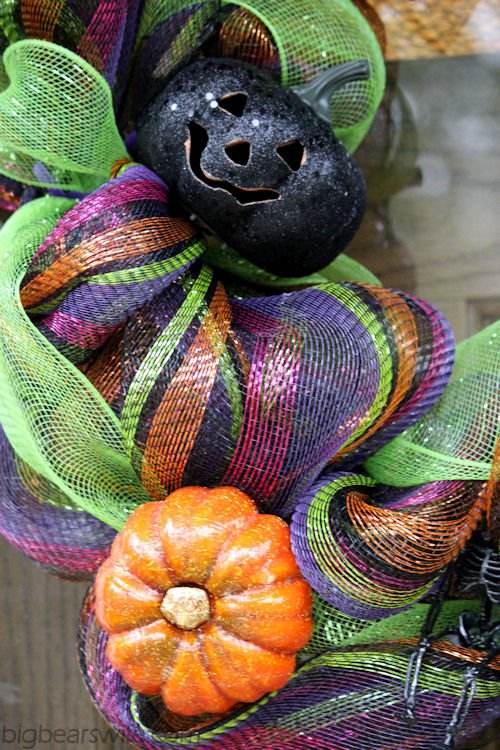 How to make a Halloween Deco Mesh Wreath Tutorial | Big Bears Wife | www.bigbearswife.com
