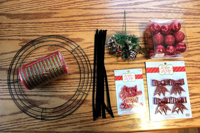Mini Christmas Deco Mesh Wreath Tutorial | BigBearsWife.com