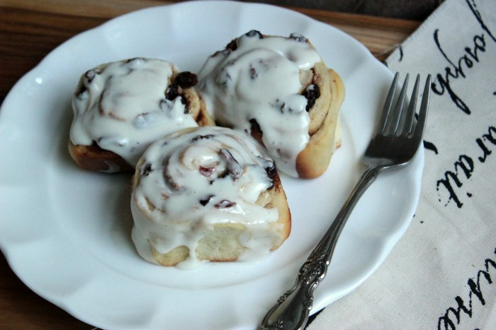 Raisin Crasin Cinnamon Rolls #BrunchWeek | BigBearsWife.com