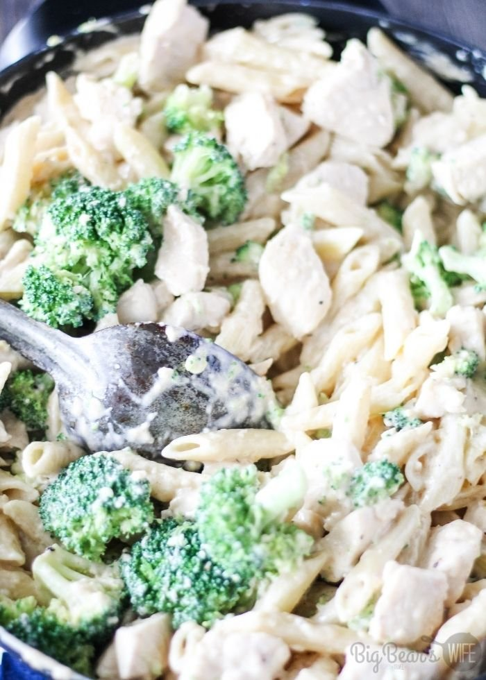 mixing zCHICKEN AND BROCCOLI PENNE ALFREDO