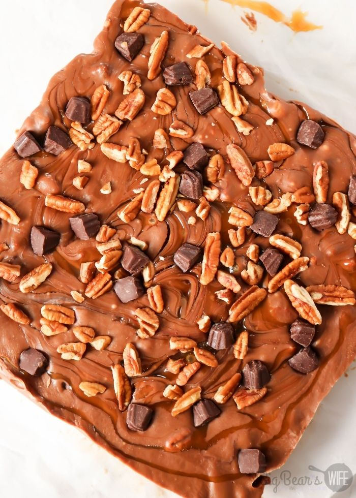 This Super Easy Turtle Fudge is a great dessert or a perfect homemade gift to make for a friend or family member! Super since to make and always delicious. This fudge is filled with chocolate, caramel and pecans!