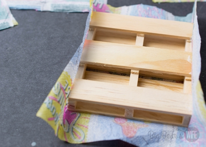 Repeat with all 4 pallets and cut any extra napkin that hangs over with the scissor. Set aside.
