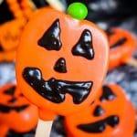 Jack-O-Lantern Apple Slice Pops  #HalloweenTreatsWeek